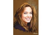 Улыбающаяся Анджелина Джоли
